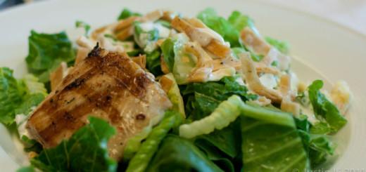 Receita de salada caesar com molho de iogurte grego e frango assado