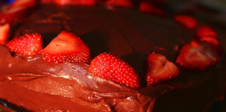 Bolo de chocolate com morango sem glúten e lactose